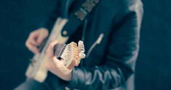 כיצד גיטריסט לאירועים ישדרג לכם את האירוע