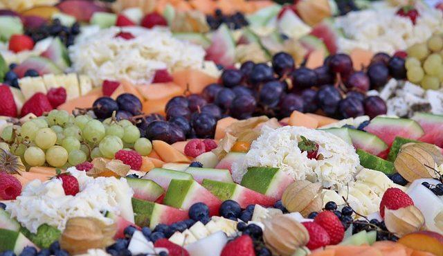 מגשי אירוח מתוקים – פירות העונה או פטיפורים?